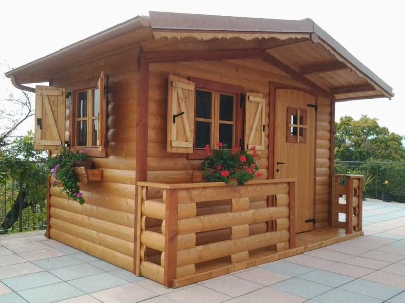 casetta in legno fiorin con tavole bombate e verandina frontale