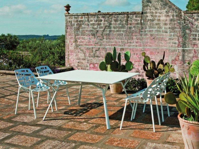 Tavolo quadrato RADICE QUADRA in alluminio verniciato di Fast esempio arredo